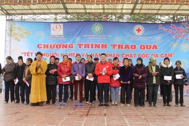 Tuyên Quang: HT.Thích Gia Quang cùng quỹ Thiện Tâm – Vingroup tặng quà Tết năm 2021